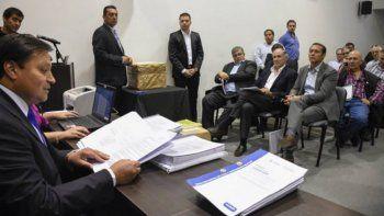 Gutiérrez y los funcionarios neuquinos, ayer, en la apertura de sobres.