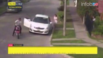 Le roban el auto a una mujer y casi se llevan a su hija