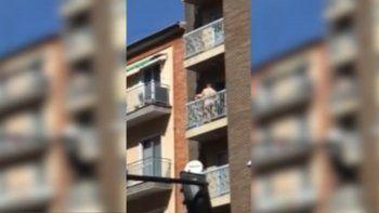 Los filman teniendo sexo a plena luz del día en un balcón