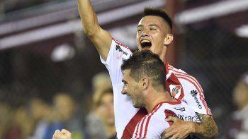 Carlos Auzqui festeja con sus compañeros el tercer gol de River que hoy derrotó 3-1 a Lanús