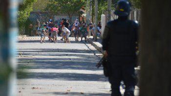 La tensión empezó en Cañadón de las Cabras y las acciones violentas siguieron en Parque Industrial. Entre los heridos hay menores.