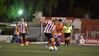 Berra volvió a la titularidad luego de la lesión en la primera fecha. Antes del inicio del partido, Landeiro recibió una distinción por su paso en el Naranja.