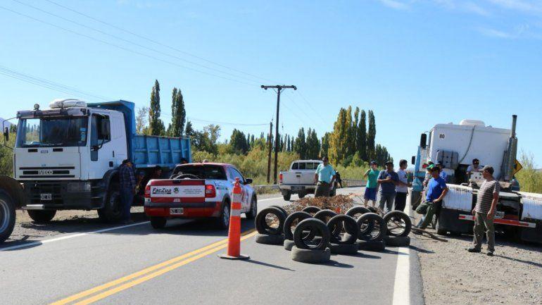 Camioneros cortan la Ruta 40 en reclamo por la distribución de la leña