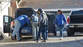 Personal de Delitos Económicos de la Policía neuquina durante el allanamiento en calle Alderete al 1300.