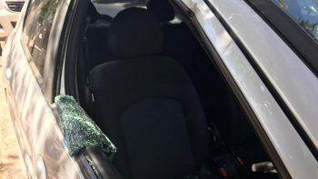 Así quedó uno de los autos atacados por los ladrones en el Sapere.