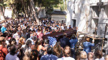 El féretro de Pedro Salvatori, conducido por sus hijos y allegados en el Cementerio Central. Los restos fueron velados hasta las 11 de ayer.