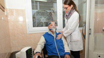 Un paciente durante un tratamiento en el servicio de Neumonología.