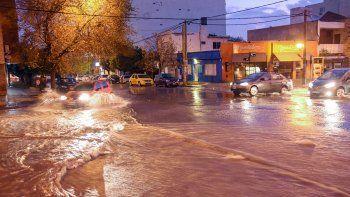 La fuerte lluvia de ayer anegó varias zonas de la ciudad