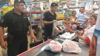 Quiso robar comida de un súper y los policías pagaron