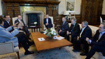 Atención. Pereyra, líder de los petroleros, bajo la mirada de Macri; Rocca, CEO de Techint, y Gutiérrez.