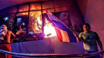 Las llamas alcanzaron el interior del Parlamento de Paraguay.