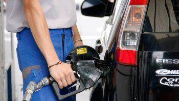 A partir de hoy baja el precio de la nafta y el gasoil