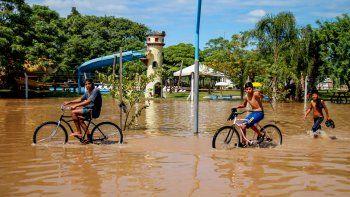 Desbordes e inundaciones en Termas de Río Hondo, tras el incremento de agua que se libera del Dique Frontal de Las Termas de Río Hondo y el crecimiento de las aguas del río Dulce.
