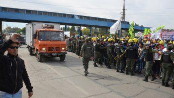 trabajadores de una cooperativa neuquina cortan los puentes carreteros