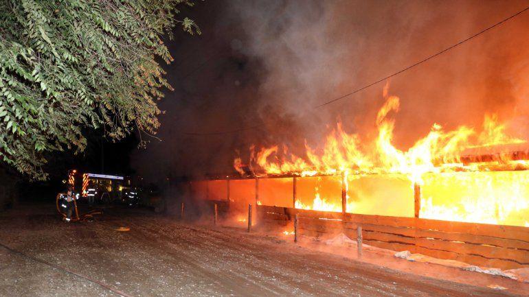 Un incendio destruyó casi la mitad del predio de la Feria Franca de Junín