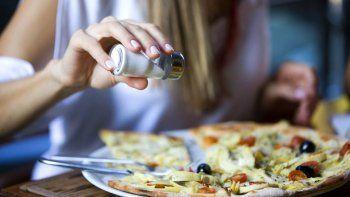 casi la mitad de los argentinos no controla la sal o las grasas