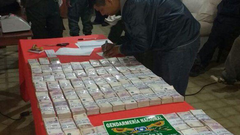 El dinero tras ser contado por los efectivos de Gendarmería Nacional.