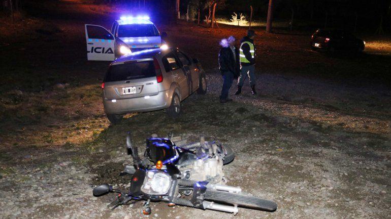 Uno de los policías fue embestido mientras circulaba por Ruta 40.