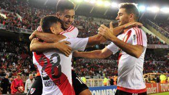 Pity Martínez y Alario felicitan al pibe Martínez Quarta tras su bonito tanto de chilena.