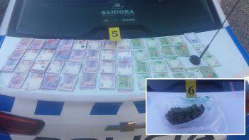 los detuvieron con frascos de marihuana y 50 mil pesos