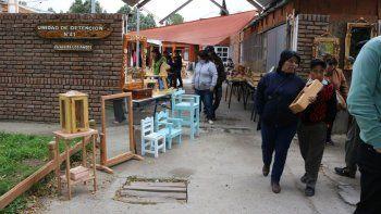 exitosa feria de venta de artesanias hechas por presos del penal 41