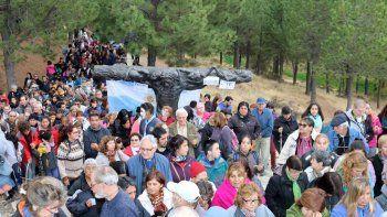 Las ciudades cordilleranas recibieron un aluvión de turistas. En Junín de los Andes, unas 4500 personas participaron del vía crucis.