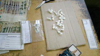 En los allanamientos de la Dirección Antinarcóticos se han detectado las dosis de cocaína listas para la venta.