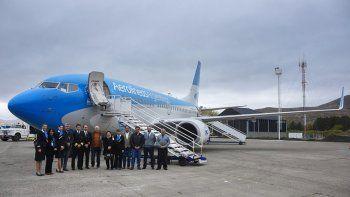Funcionarios provinciales, intendentes y la tripulación del avión que llegó ayer a Chapelco.