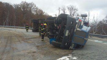 Volcó un camión en la Ruta 231 y derramó combustible