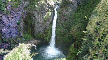 rescataron a dos jovenes tras caer a la cascada del rio bonito