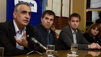 Crisafulli, de la UNCo, con los funcionarios provinciales Alcaraz y Prezzoli.