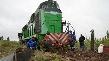 un tren descarrilo porque se robaron los durmientes