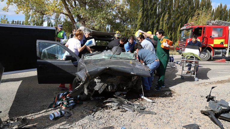 Dos mujeres resultaron heridas tras un impresionante choque frontal en Centenario