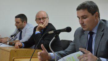 De fondo el fiscal Azar junto al juez de falta Federico Hawk y el defensor Coto.