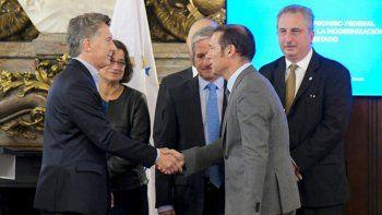 El gobernador, ayer, durante la firma de un convenio con Mauricio Macri.