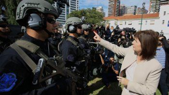 La ministra anunció, además, un 12% de aumento para la fuerza.