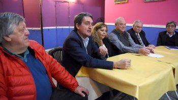 El diputado Vidal, ayer con dirigentes de la línea radical antiquiroguista.