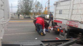 un motociclista no freno en el semaforo y choco a un auto