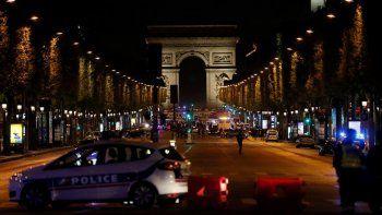 dos muertos en un tiroteo en paris: el isis se adjudico el ataque