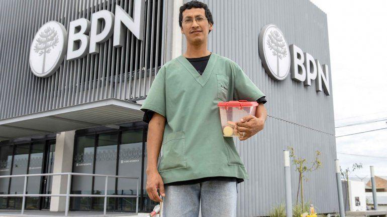Diego trabaja como personal de maestranza en el Banco de la Provincia del Neuquén y vende alfajores.