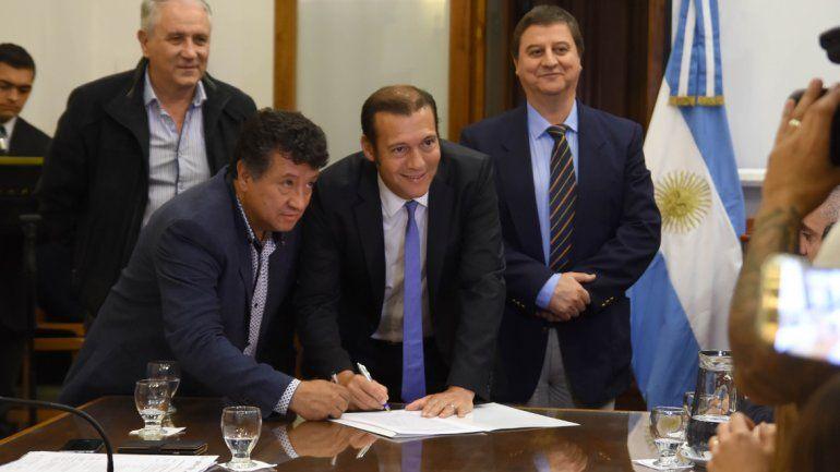 Gutiérrez dio la novedad ayer en la firma de contrato para hacer escuelas.