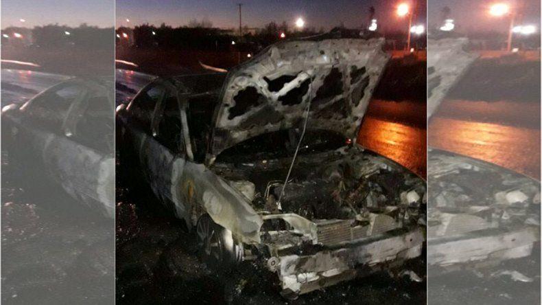 Iba camino al trabajo y se le prendió fuego el auto: se salvó de milagro