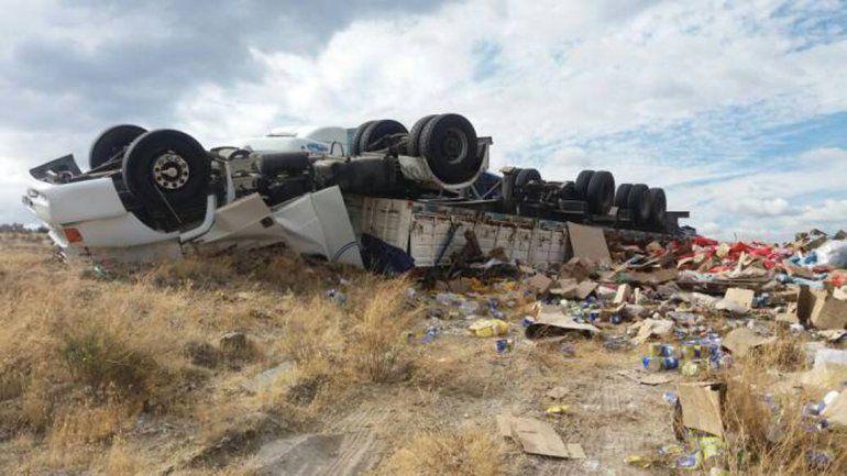 Terrible vuelco de un camión en una bajada de la Ruta 237