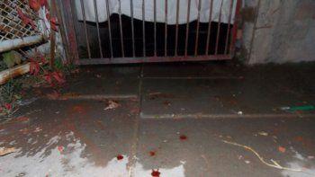 En la puerta de la casa donde fue la pelea todavía se ve la sangre.