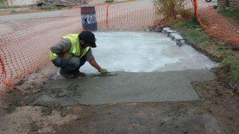 Empleados municipales, durante la reparación de una calle.