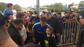 Boca ayer recibió el cariño de su gente al llegar al hotel en Rafaela. River, por su lado, hizo su última práctica en el Monumental.