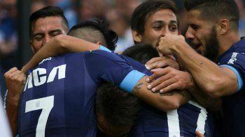 Uno de los festejos de Racing en la apretada y valiosa victoria ante Atlético Tucumán. El zapalino Marcos Acuña otra vez fue uno de los mejores.