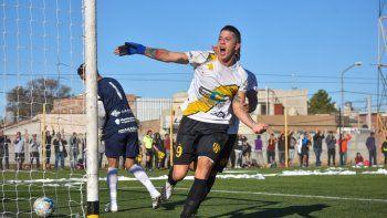 Gabriel Parroni festeja el gol del Decano que lo pone un paso más cerca del ascenso al Federal B