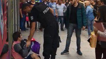 La pelea ocurrió en el microcentro e intervino la Policía. Hay un detenido.