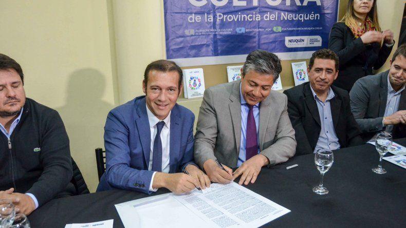 El gobernador, el vice y las autoridades de la biblioteca en la firma.